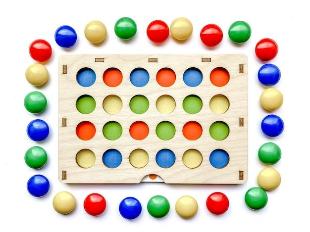 Jouet de développement pour enfants avec tri par couleur et développement de la motricité fine de l'enfant. développement des enfants, jouets.