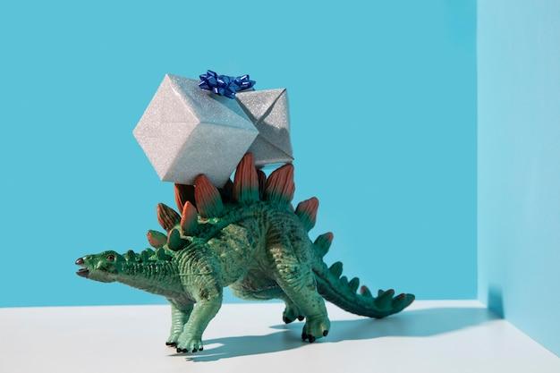 Jouet dinosaure portant des cadeaux