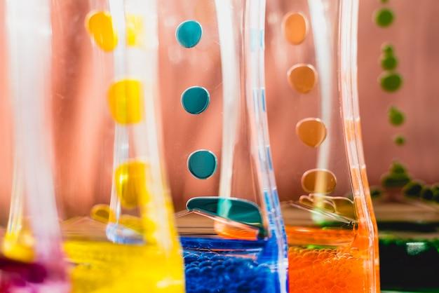 Jouet avec de l'eau et des gouttes de couleurs à l'huile.