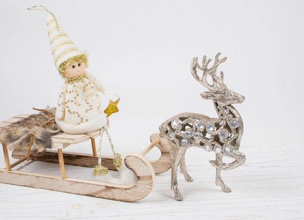 Jouet elfe de noël sur un traîneau en bois