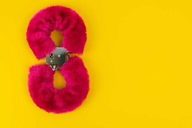 Jouet érotique menottes avec fourrure rose en forme du numéro huit produits pour adultes