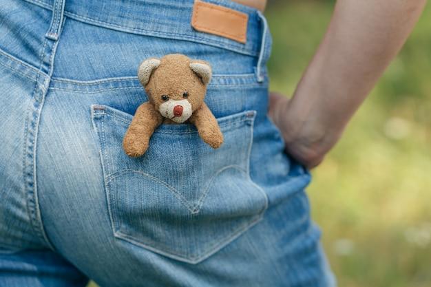 Jouet fait main ours en peluche dans la poche