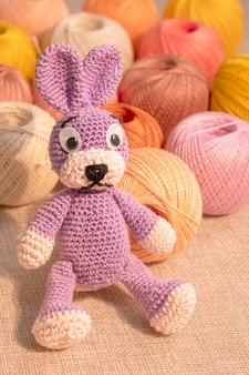 Jouet lapin avec écheveaux de fils colorés à tricoter. loisirs couture, travaux manuels.