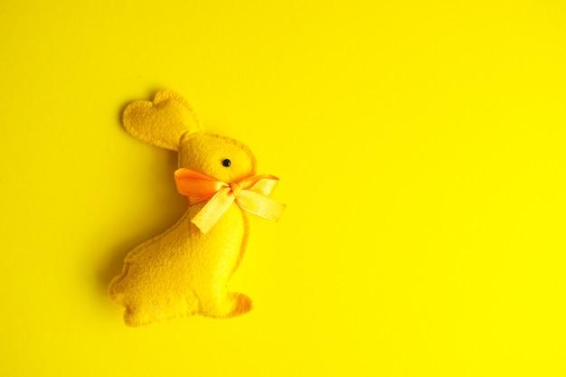 Jouet lapin de vacances de pâques sur fond jaune
