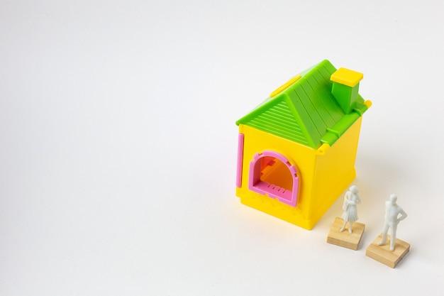 Le jouet de la maison sur l'image de fond blanc se bouchent.