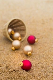 Jouet de noël sur une plage de sable au bord de l'océan