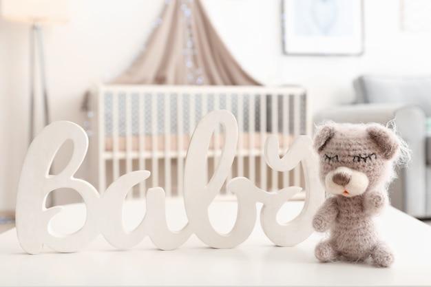Jouet ours tricoté avec décor sur table