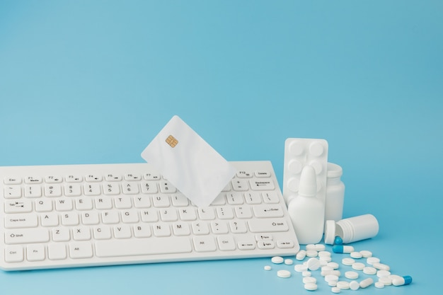 Jouet panier avec médicaments et clavier.