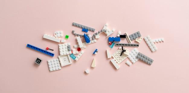 Un jouet à plat, des briques et des blocs de constructeur, d'apprentissage et de développement