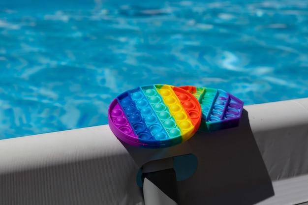 Jouet pop it anti-stress en silicone populaire sur le bord de la piscine à cadrejouet pop it fidget tendance