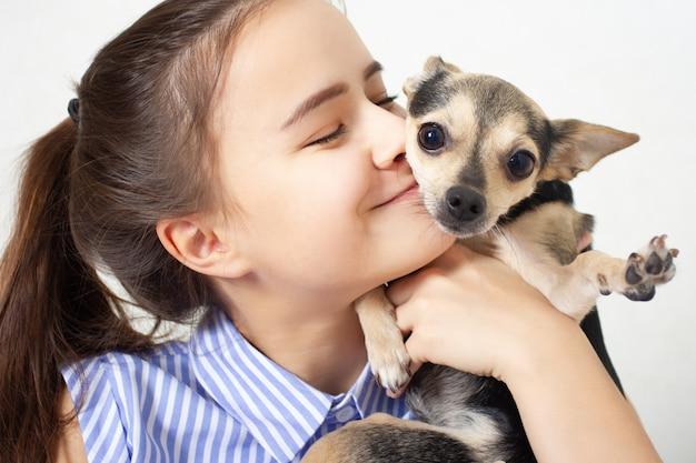 Jouet pour chien terrier embrasse et embrasse la maîtresse