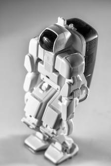 Jouet de robot autonome avancé moderne isolé.