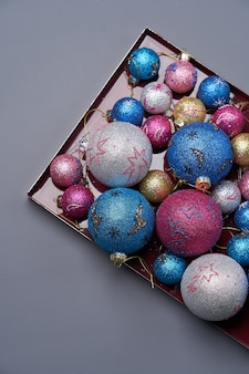 Jouet de sapin de noël coloré. bonne année ou fond de noël avec des boules colorées, gros plan. jouets de boule de noël