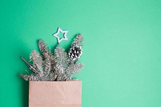 Jouet de sapin de noël en forme d'étoile accrochée à une branche d'épinette décorative sur fond vert