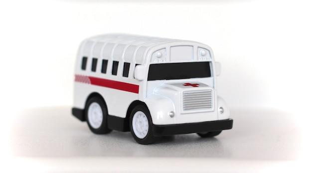 Jouet sous la forme d'une ambulance médicale sur un blanc.
