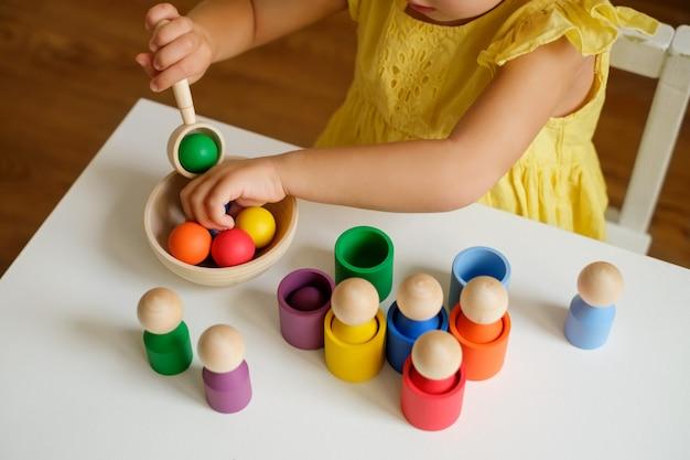 Un jouet de tri pour les boules de développement préscolaire dans des tasses