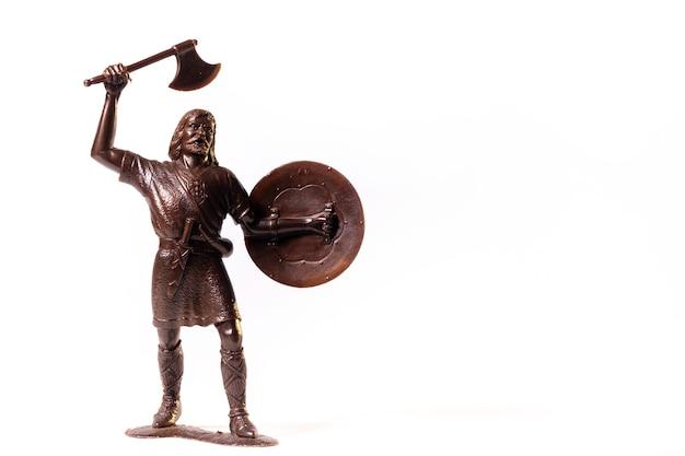 Jouet vintage soldat viking marron isolé sur une surface blanche