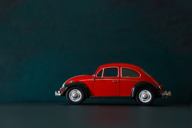 Jouet vintage voiture rouge sur fond sombre