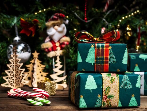 Jouets d'arbre de noël sur la table en bois. coffrets cadeaux emballés.