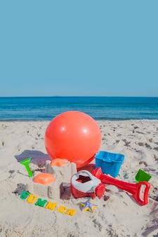 Jouets et balle de vent sur le sable
