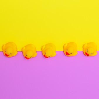Jouets de canard art minimal de couleurs à plat