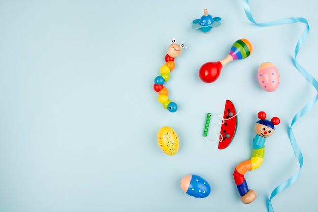 Jouets colorés avec espace de copie