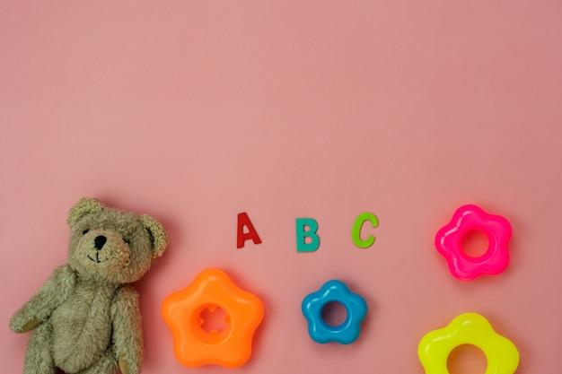 Jouets d'enfant de décoration vue de dessus de table pour développer le concept d'arrière-plan.