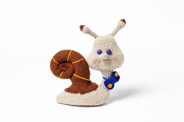 Jouets faits à la main tricotés isolés sur blanc