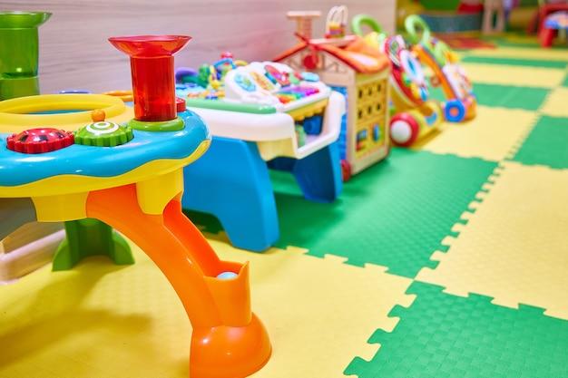 Jouets en gros plan dans une salle de jeux pour enfants dans un centre commercial.