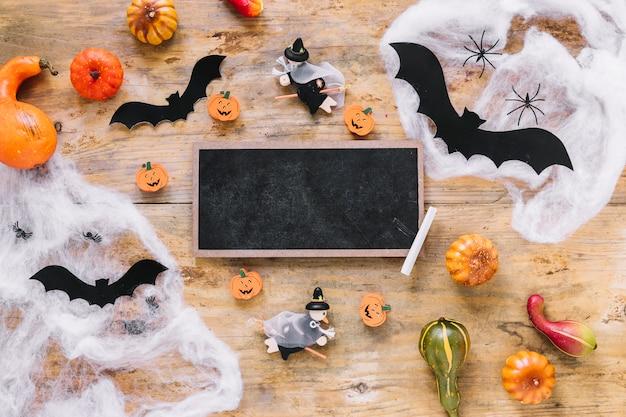 Jouets d'halloween et décoration avec tableau noir