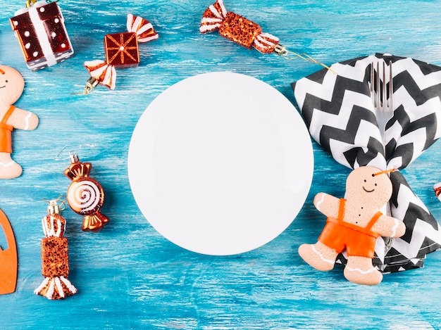 Jouets de noël avec assiette sur la table