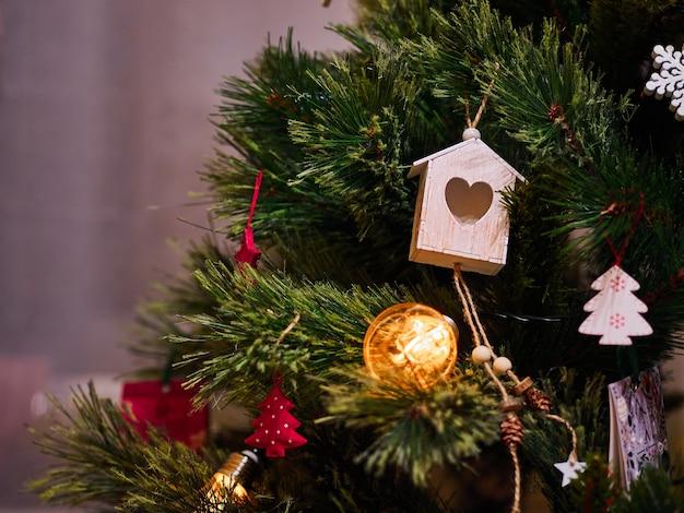 Jouets de noël en bois et lampes de poche sur l'arbre de noël