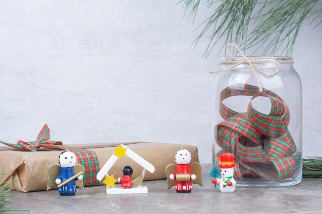 Jouets de noël avec pot, cadeau et arc.