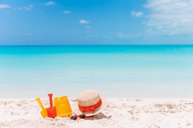 Jouets de plage pour enfants sur la plage de sable blanc