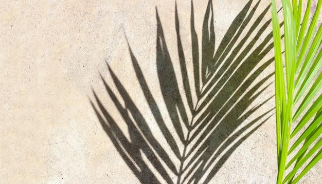 Jouets en plastique, pelle et seau avec du sable sur fond blanc. concept de fond d'été