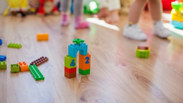 Jouets en plastique sur plancher en bois