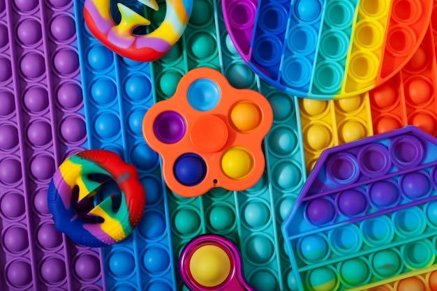 Jouets pop it fidget à la mode nouveaux jouets pop it anti-stress colorés et populaires de différentes formes