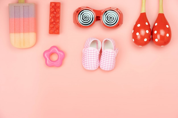 Jouets pour enfants décoration vue de dessus de table pour le concept de développement.