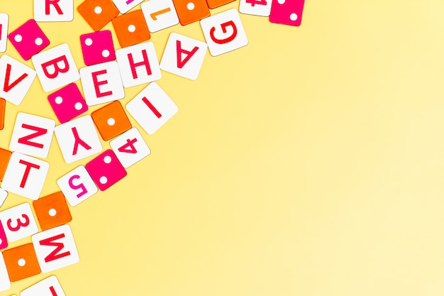 Jouets pour enfants sur fond jaune avec des jouets plats poser la vue de dessus avec centre vide