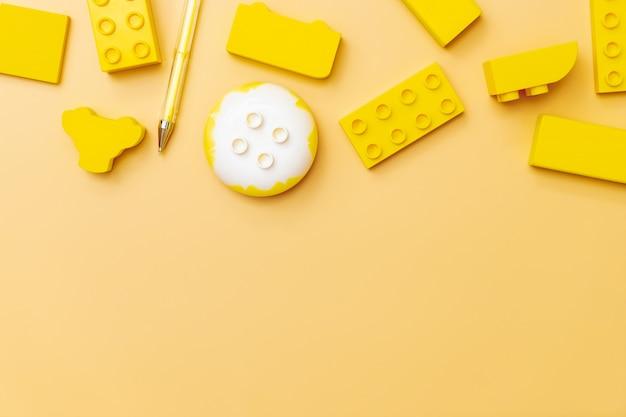 Jouets pour enfants sur fond jaune avec des jouets
