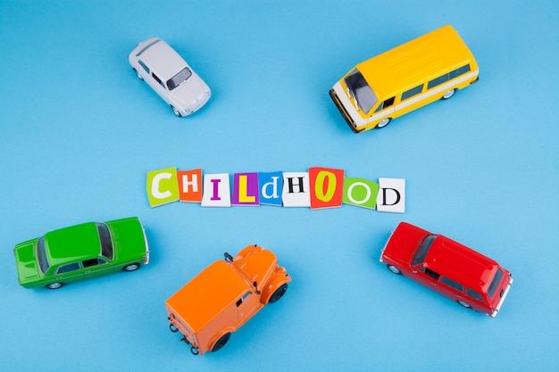 Jouets pour enfants - modèles de voitures sur bleu