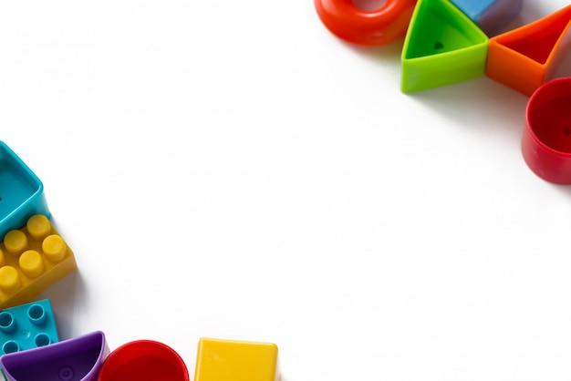 Jouets pour enfants multicolores sur fond blanc
