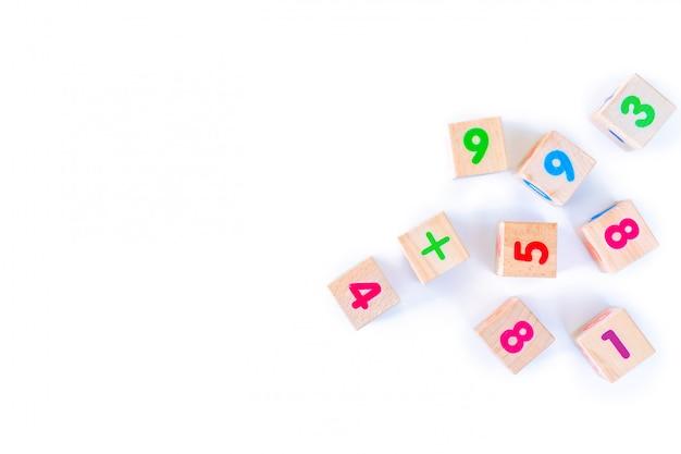 Jouets pour enfants oursons en bois avec des nombres sur fond blanc. développer des blocs de bois. jouets naturels et écologiques pour les enfants. vue de dessus. mise à plat. copiez l'espace.