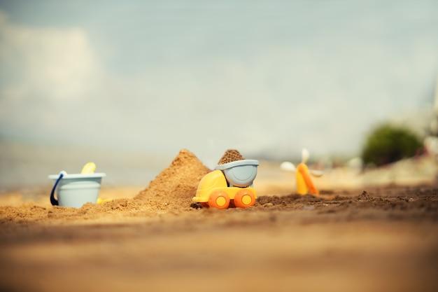 Jouets pour enfants sur la plage de sable tropicale