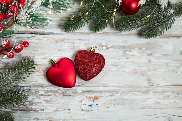 Jouets rouges en forme de coeurs sur un fond en bois clair flatley noël