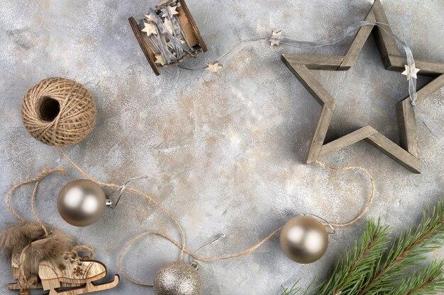 Jouets de vacances, patins, étoile sur une surface grise