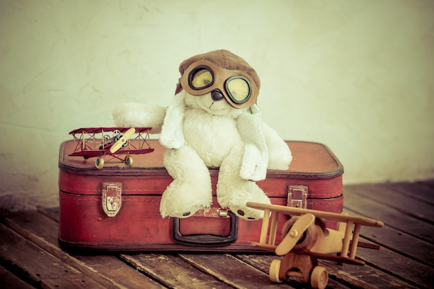 Jouets vintage en pépinière. concept de voyage et d'aventure. rétro tonique