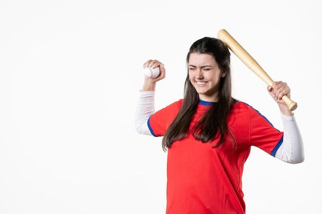 Joueur de baseball féminin vue de face avec batte et balle