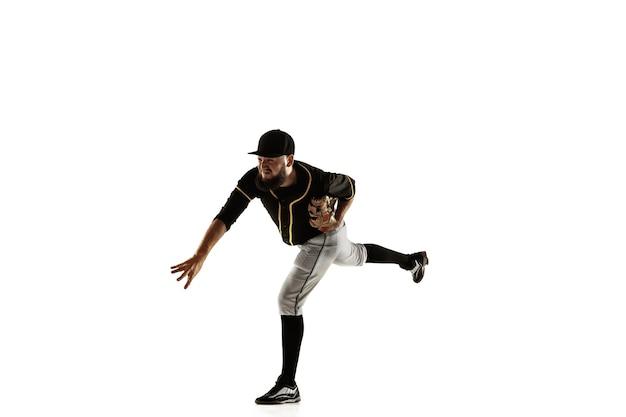 Joueur de baseball, lanceur dans un uniforme noir pratiquant et entraînement isolé sur fond blanc.