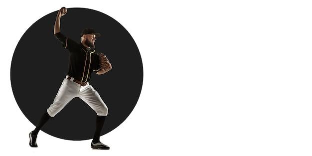 Joueur de baseball professionnel pratiquant. entraînement sportif sur fond blanc, flyer pour votre annonce. concept de compétition, sport, mode de vie sain, action, mouvement et mouvement. conception géométrique.